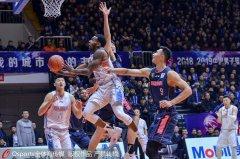 高清-6人得分上双易建联26分 广东大胜送新疆主场首败